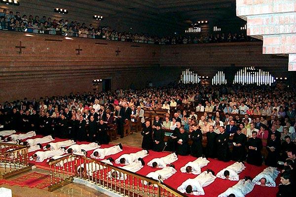 Los diáconos durante el rito de la postración