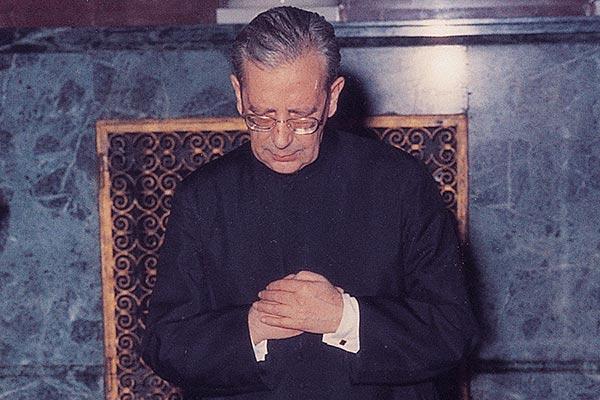 Mons. Álvaro del Portillo rezando ante los restos mortales del Beato Josemaría Escrivá
