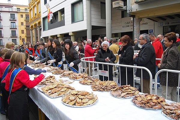 Plaza del Mercado de Barbastro durante la fiesta del crespillo