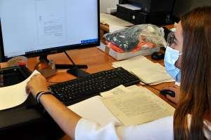 Carmen escanea documentos para el archivo del santuario