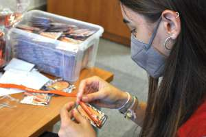 Cristina prepara cintas de la Virgen de Torreciudad