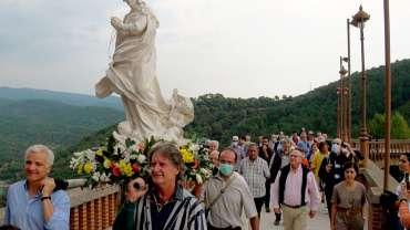 Vibrante paso de la peregrinación «Madre Ven» por Torreciudad